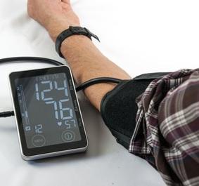 Blutdruckmessung: Gifitge Metalle belasten Körper (Foto: pixelio.de, B. Kasper)